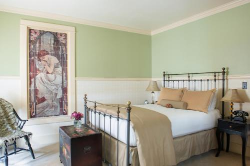 A bed or beds in a room at Chamberlin Inn