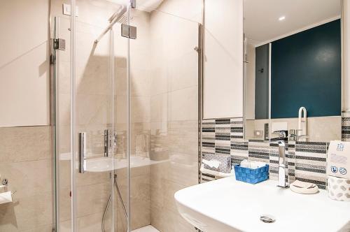 A bathroom at Fly Decó Hotel