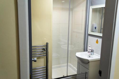 A bathroom at Lymedale Suites Studios & Aparthotel in NEWCASTLE UNDER LYME & STOKE