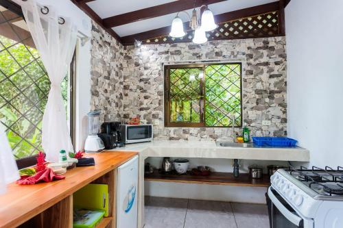 A kitchen or kitchenette at Bungalows Ache Cozy House