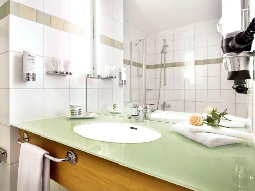 A bathroom at Mercure Hotel Dortmund City