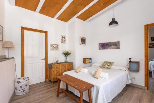 A bed or beds in a room at Casa Olivia - En el centro de Sant LLuís