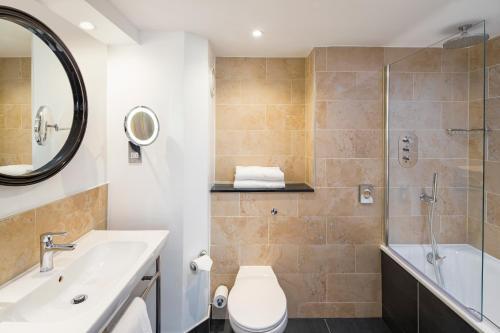 A bathroom at Crowne Plaza Glasgow, an IHG Hotel