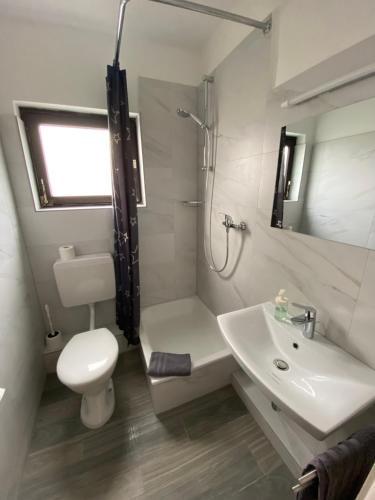A bathroom at Römerhof