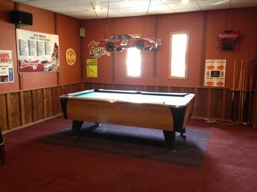 A pool table at Cedar Inn Motel