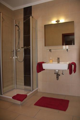 A bathroom at Gästehaus Panorama