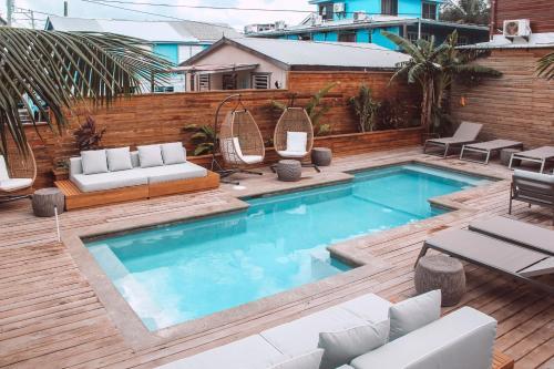Бассейн в Sandbar Beachfront Hostel & Restaurant или поблизости