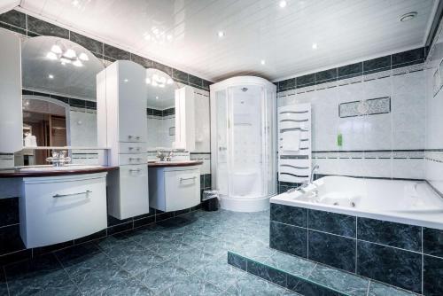 A bathroom at Best Western Hotel Ile de France