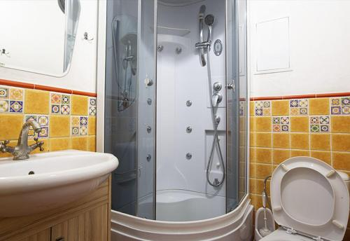 A bathroom at Trinity Hostel & Tours