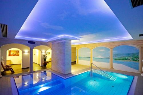 The swimming pool at or near Kurpark-Hotel