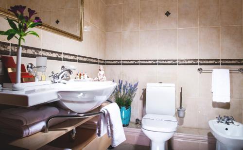 Ein Badezimmer in der Unterkunft Podol Plaza Hotel