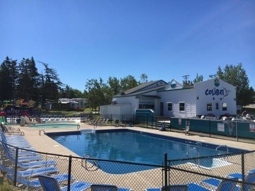 The swimming pool at or close to Motel and Camping Colibri