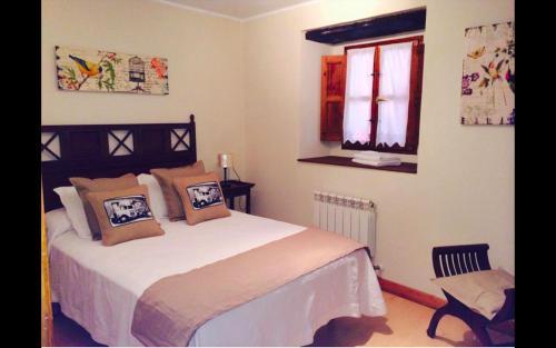 A bed or beds in a room at Pensión Arbidel