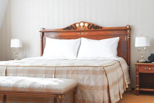 Ein Bett oder Betten in einem Zimmer der Unterkunft Podol Plaza Hotel