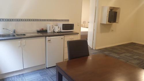 A kitchen or kitchenette at Hotel Cavalier