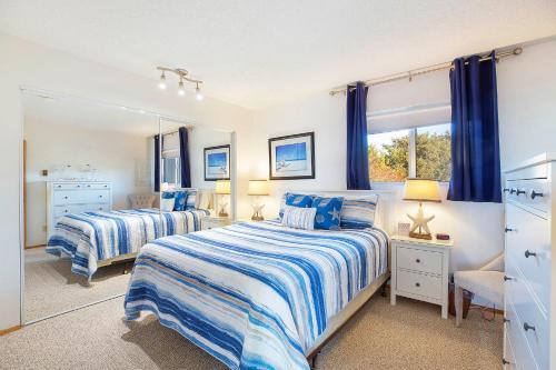 A bed or beds in a room at Hi-Tide Resort
