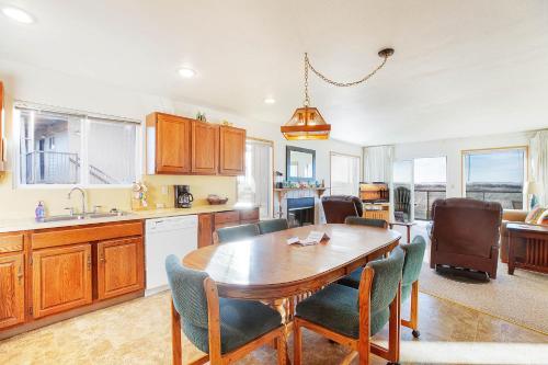 A kitchen or kitchenette at Hi-Tide Resort