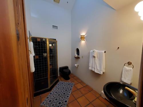 A bathroom at Casas de Suenos Old Town Historic Inn