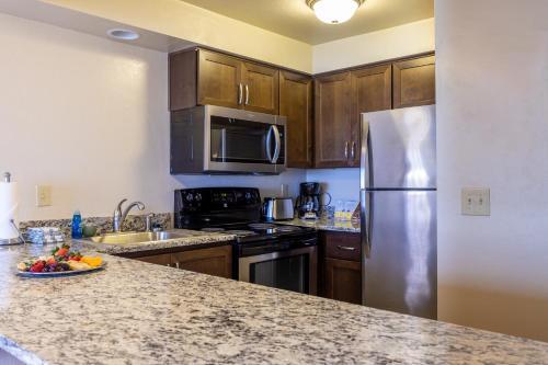 A kitchen or kitchenette at Driftwood Shores Resort