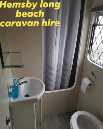 A bathroom at E2 Hemsby beach caravan