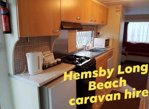 A kitchen or kitchenette at E2 Hemsby beach caravan