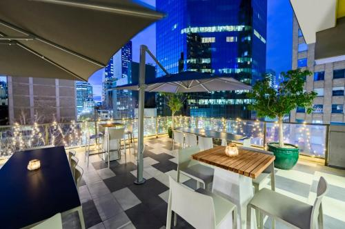 A restaurant or other place to eat at Adina Apartment Hotel Melbourne
