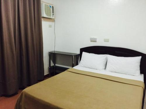 A bed or beds in a room at Tans Guesthouse Annex