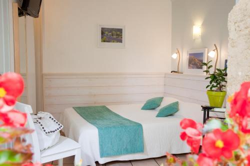 A bed or beds in a room at L'herbier d'Orange
