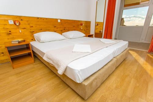 A bed or beds in a room at Apartmani Ana