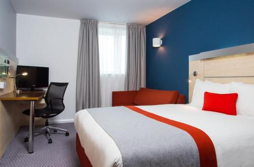 A bed or beds in a room at Holiday Inn Express Swindon City Centre, an IHG Hotel