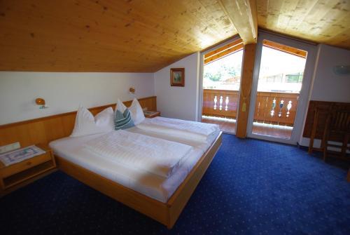 Ein Bett oder Betten in einem Zimmer der Unterkunft Hotel-Pension Heike