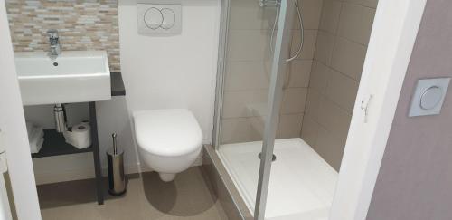 A bathroom at Brit Hotel La Ferte Bernard