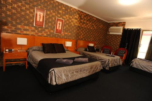 A bed or beds in a room at Horsham Mid City Court Motel