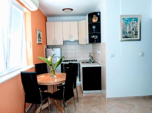 A kitchen or kitchenette at Apartments Karoma