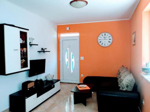 A seating area at Apartments Karoma