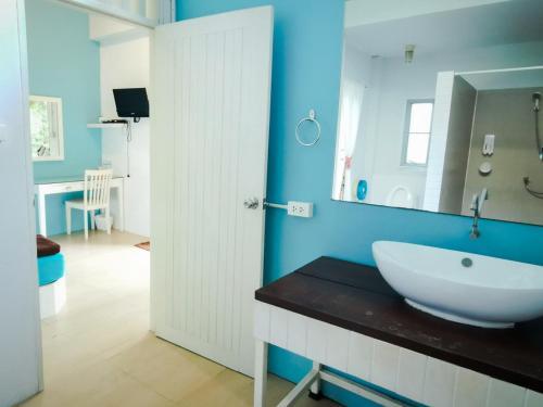 A bathroom at Glur Hostel