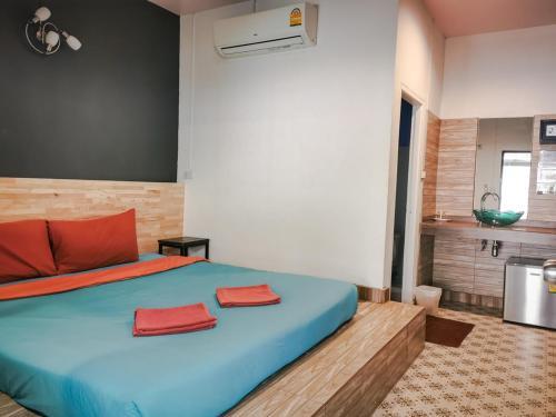 Een bed of bedden in een kamer bij Glur Hostel