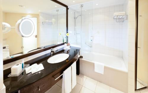 A bathroom at Dorint An der Messe Köln
