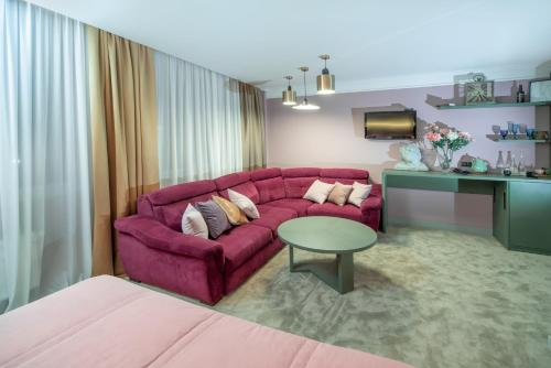 A seating area at Kapu$ta Hotel