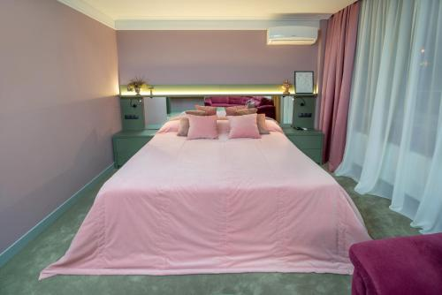 A bed or beds in a room at Kapu$ta Hotel