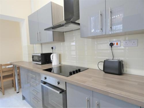 A kitchen or kitchenette at Townhouse @ North Street Stoke
