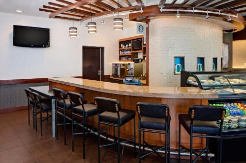 The lounge or bar area at Hyatt Place Pittsburgh North Shore