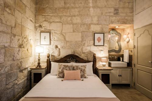A bed or beds in a room at Birgu Blue Pied-à-terre