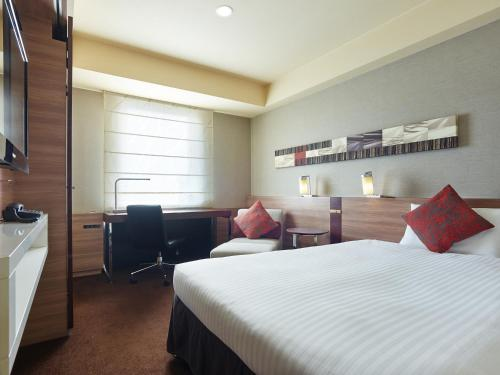A bed or beds in a room at Mitsui Garden Hotel Sapporo