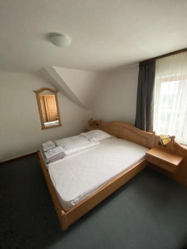 A bed or beds in a room at Buddes Wirtshaus