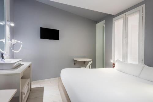 A bed or beds in a room at B&B Hotel Madrid Centro Fuencarral 52