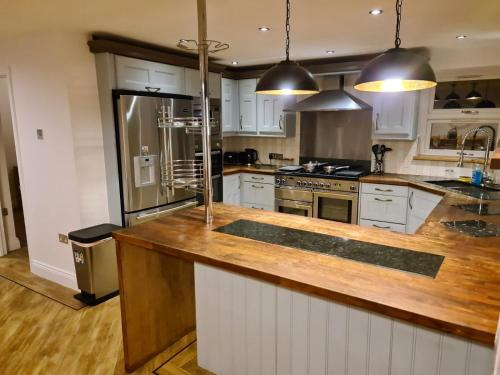 A kitchen or kitchenette at Be. More Homely - LOU - Entire Cosy 4 Bed W/FREE WIFI & PARKING (M6 J2) 15 Minutes From N.E.C