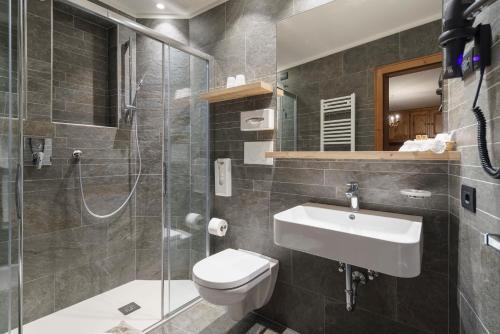 A bathroom at Hotel Columbia & Spa