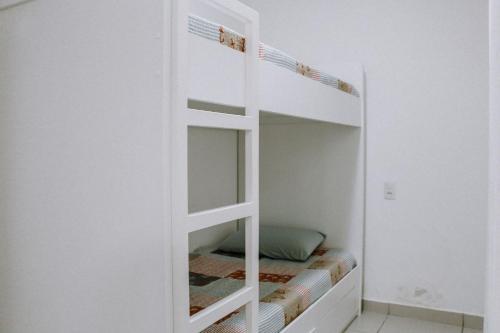 A bunk bed or bunk beds in a room at Qavi - Apartamento aconchegante na Praia de Pirangi #VilaImperial