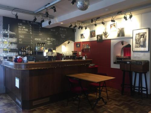 Salon ou bar de l'établissement A CÔTE